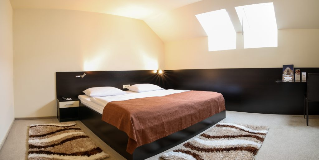 STANDARD TWIN ROOM WITH SEPARATE BEDS ON ATTIC